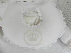 Belíssima+almofada+de+amamentar+em+tecidos+brancos,+bordado+inglês,+passa+fita+e+nome+do+bebê+bordado.