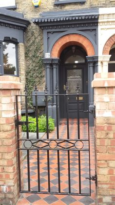 Nice metal gate and victorian tiled entrance At the moment, the small front… Small Front Gardens, Small Courtyard Gardens, Small Courtyards, Formal Gardens, Outdoor Gardens, Victorian Front Garden, Victorian Terrace, Victorian Homes, Front Garden Entrance