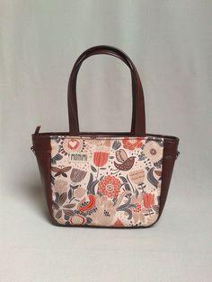 9b76545f9b Saját tervezésű gyöngyvászon nyomattal és őzbarna textilbőrrel készült ez a  kényelmes táska. A minta különleges