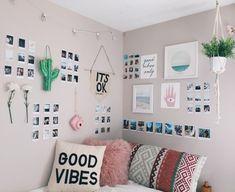 ideas para fotos, dormitorio con paredes muy decoradas, muchas fotos pequeñas colgadas en la pared, cojines modernos con ornamentos