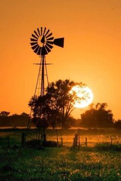 Farm Windmill, Beautiful Places, Beautiful Pictures, Old Windmills, Advantages Of Solar Energy, Country Scenes, Old Barns, Le Moulin, Mellow Yellow