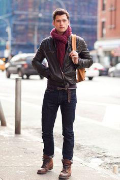 Tenue: Blouson aviateur en cuir brun foncé, Jean bleu marine, Bottes de loisirs en cuir brunes, Sac à dos brun clair