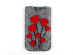Kalp Tasarımlı Keçe Telefon Kılıfı Kırmızı ve gri keçe kullanılarak elde dikilmiştir. Kalın keçe telefonunuzu darbelerden korurken yumuşak dokusu çizilmeleri önler.Hemen hemen tüm telefon modelleri ile uyumludur (ürün ölçülerinin telefonunuz ile uyumunu k