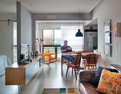 Loft RJ / Ricardo Mello e RodrigoPassos / A parede de 1,40 m de comprimento e 15 cm de espessura entre quarto e sala recebeu tinta (cor cascata, da Suvinil) no tom do piso, de porcelanato Urban Concreto (Portinari). O aparador (R$ 2 800) se encaixa na alvenaria e tem apoio extra na lâmina de vidro de 20 cm de altura.