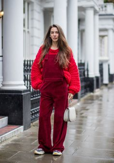 Corduroy overalls worn over an oversized sweater Overalls Outfit, Dungarees, Sweater Outfits, Chloé Bag, Balenciaga, Looks Vintage, Keep Warm, Winter Wardrobe, Corduroy