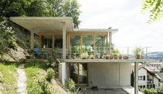 kleines modernes Haus am Hang mit viel Licht und Ausblick