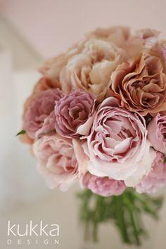 ヌードピンク、ベージュピンクなどのニュアンスカラーのバラでまとめた、大人かわいいブーケ