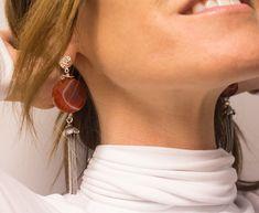 Modernos pendientes largos de cornalina con flecos y adornos en plata de ley. Alegría, arraigo, coraje y protección. Diseño personalizado y exclusivo de Ana Sarria.