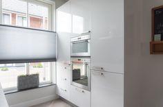 Hoogglans parallel keuken in een rijtjeshuis
