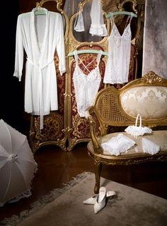 Para el día más especial de todas las mujeres la ropa interior de NOVIA es un imprescindible detalle para lucir un look perfecto ese día. Aquí veras tres colecciones elegantes y seductoras al igual que cómodas y prácticas...