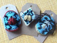 Broche en tapisserie  insecte de la collection cabinet de curiosité *Une pâquerette dans les cheveux*