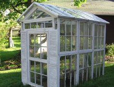 Vitt växthus av fönster utan ramar