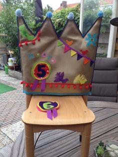 Verjaardagstoel Idee van Nanette van Es via 'Kleuterwereld' Rainbow Decorations, School Decorations, Kitchen Chair Covers, Birthday Chair, Facebook Birthday, Art For Kids, Crafts For Kids, Sewing Crafts, Sewing Projects