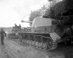A Dicker Max on the march on the Eastern Front. Originally designed as a S/P gun, it was used as an anti tank platform after the fall of France and served later during the invasion of Russia.