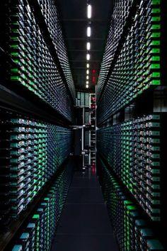 Google sichert Daten auf verschiedenen Wegen, unter anderem in dieser Bandbibliothek. (Bild: Connie Zhou/Google)