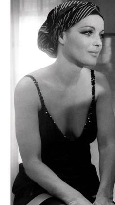 Romy Schneider, Vintage Hollywood, Hollywood Glamour, Stage Outfit, Actrices Sexy, Actrices Hollywood, Alain Delon, French Actress, Celebs