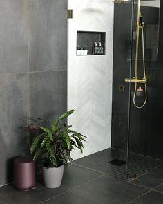 I går hadde jeg en spennende dag! ☺️Jeg har designet 8 bad i den nye butikken til @flisekompaniet i Bergen som åpner i morgen. Gårsdagen ble brukt til styling og opptak av reklamefilm. ✨Her er et av mine favorittbad med gulv i grønn marmor, mørke vegger og innredning samt armatur i messing. 🌿Du kan se flere bilder ved å bla her. Koselig om du vil ta en titt på flere av badene hos @flisekompaniet. Laundry Room Bathroom, Bathroom Plans, Bathroom Inspo, Bathroom Inspiration, Home Office Furniture, Home Projects, New Homes, Interior Design, Home Decor