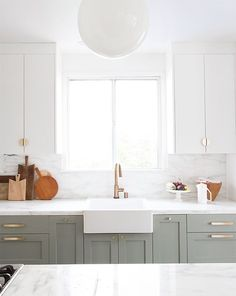 14 Ways to Update an Ugly Rental Kitchen - Apartment Decorating Rental Kitchen, Home Decor Kitchen, Kitchen Interior, Paris Kitchen, Kitchen Ideas, Grey Kitchens, Home Kitchens, French Kitchens, Ugly Kitchen