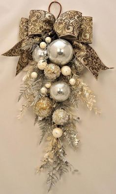 クリスマスの飾りとして最近人気のスワッグ。実は身近にあるもので簡単に作れると大好評なのです。今年のクリスマスにぜひ作ってみてはいかがでしょうか。