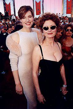 Geena Davis and Susan Sarandon at the 1998 Academy Awards aka Thelma & Louise! Beautiful Old Woman, Beautiful People, Susan Surandon, Susan Sarandon Hot, Thelma Y Louise, Divas, Manolo Garcia, Geena Davis, Films Cinema