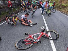 Not really the perfect way to start your day @markelirizar #crash #injury #broken #bike #getwellsoon @lavueltaaespana #stage10 #TourOfSpain #cycling #Vuelta