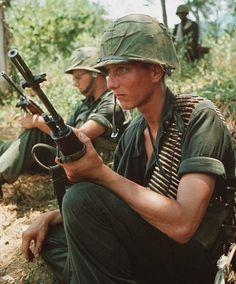 US soldiers ~ Vietnam War Vietnam History, Vietnam War Photos, American War, American History, Usmc, Marines, North Vietnam, Vietnam Veterans, Vietnam Protests