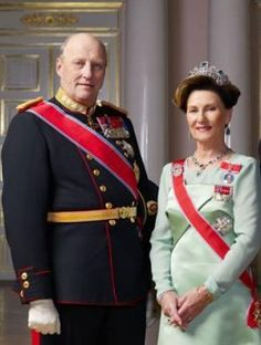 The Royal Family of Norway - King Harald and Queen Sonja Queen And Prince Phillip, Norwegian Royalty, Image King, Royal House, Royal Jewels, Royal Weddings, Historical Clothing, King Queen, British Royals