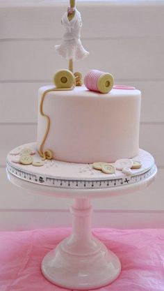 Sewing themed cake - Cake by Roo's Little Cake Parlour Sewing Machine Cake, Sewing Cake, Gorgeous Cakes, Amazing Cakes, Cake Icing, Cupcake Cakes, Patchwork Cake, Knitting Cake, Cold Cake