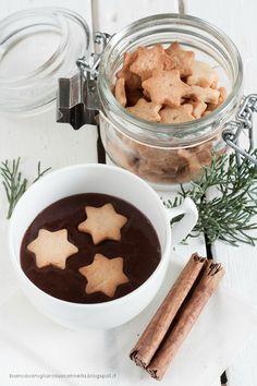 chocolate quente e biscoitos de canela