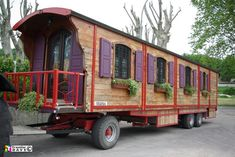 Roulotte gypsey wagon with shutters and flower boxes! Gypsy Living, Tiny House Living, Casa Hipster, Gypsy Trailer, Gypsy Home, Tiny House Exterior, Covered Wagon, Shepherds Hut, Tiny Cabins