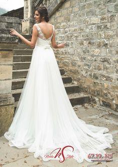 Colectiile 2019 Noela Style - Combina stralucirea rochiilor printesa cu glamul sirenelor moderne, o impletire a detaliilor fermecatoare si feminine, un joc superb de transparenta iluzorie, decupaje intraznete, flori si aplicatii, toate acestea realizate din matase naturala, tull soleil si tafta royal. Lace Wedding, Wedding Dresses, Formal Dresses, Fashion, Bride Dresses, Dresses For Formal, Moda, Bridal Gowns, Alon Livne Wedding Dresses