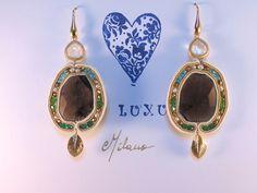 Orecchini in soutaches, quarzi fumè, componente foglia dorata e cuore di cristallo di rocca, cristalli smeraldo, verdi, azzurri , pirite e argento italiano 925.