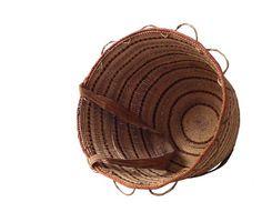 Cesto produzido pela comunidade indígena Yanomami.  Utilizam cipós e fibras naturais da região.  * produtos produzidos artesanalmente, diferenças de cores e dimensões podem ocorrer.    Produtor: Yanomami  ...