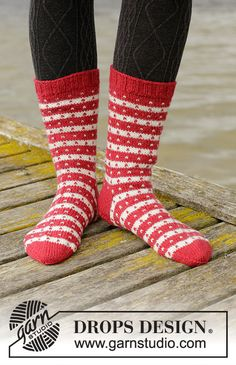 Candy cane lane socks / DROPS – free knitting patterns by DROPS design – Candy Cane Crochet Socks Pattern, Crochet Diagram, Knitting Patterns Free, Free Knitting, Crochet Patterns, Drops Design, Drops Karisma, Candy Cane Coloring Page, Drops Kid Silk