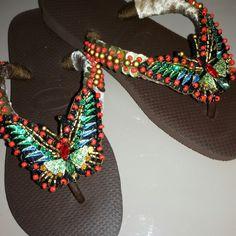 Chinelos bordados Ateliê Narita Whatsapp  34 99994 6333#bordados#chinelos# havaianas#atelienarita# customização#havaianas# handmade#borboletas#