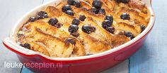 Ouderwets lekkere broodpudding met schijfjes appel, rozijnen en kaneel