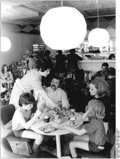 """12.5.72 Berlin: In der neuen Milch-Eis-Bar """"Tutti Frutti"""" können die Berliner und ihre Gäste behaglich ein Eis schleckern oder andere Erfrischungen zu sich nehmen. Die gastronomische Attraktion der Hauptstadt wurde vor einigen Wochen in der Spandauer Straße eröffnet."""