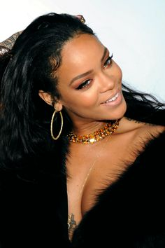Loving this strong eyelinerlook on Rihanna, especially the copper on the bottom lashline.