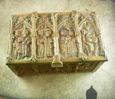 When you see all the detail on every side of this box you are really going to see it more as a piece of art than just a box. Raised scenes of medieval england's church and alter scenes make it one...