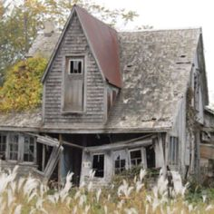 Abandoned Farm Houses, Abandoned Churches, Old Farm Houses, Abandoned Mansions, Abandoned Places, Somewhere In Time, Old Barns, Haunted Places, Old Buildings