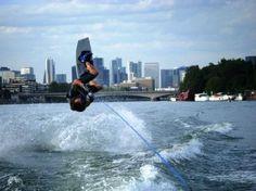 Du sport nautique sur la Seine Enfilez une combi, et sautez dans la Seine pour faire du ski nautique, wakeboard, etc... www.versionvoyages.fr