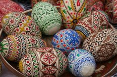 romanian easter eggs - display mine in a bowl! Easy Christmas Crafts, Christmas Baubles, Simple Christmas, Gypsy Decor, Ukrainian Art, Easter Flowers, Wood Burning Patterns, Faberge Eggs, Egg Art