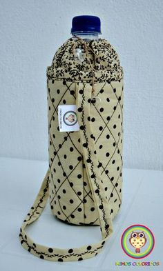 Porta garrafa para água mineral de 500 ml. Facilita o transporte da sua garrafinha, além de ser super charmoso! Water Bottle Carrier, Bottle Bag, Fabric Crafts, Sewing Crafts, Sewing Projects, Sewing Lessons, Sewing Hacks, Handmade Crafts, Diy And Crafts