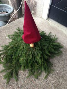Get ready for the winter holidays with some outdoor Christmas decoration ideas! We have a pick of easy outdoor Christmas decorating ideas just for you! Swedish Christmas, Christmas Gnome, Scandinavian Christmas, Rustic Christmas, Christmas Projects, Simple Christmas, Winter Christmas, All Things Christmas, Christmas Ornaments