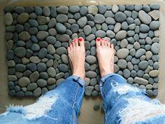 Как сделать коврик для ванной из морских камней