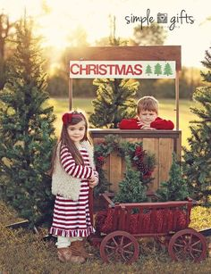 Be Inspired: Christmas ? Confessions of a Prop Junkie Christmas photography picture idea / cute props / Christmas Mini session Christmas Tree Farm, Christmas Minis, Outdoor Christmas, Family Christmas, Winter Christmas, Christmas Time, Christmas Cards, Christmas Decorations, Natural Christmas