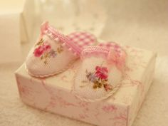 miniature dollhouse slippers 1/12 scale by Mondinadollhouse