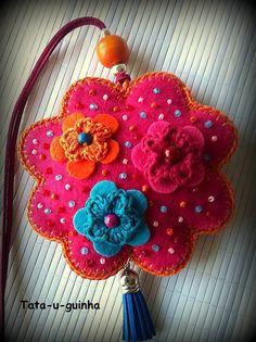 colar flor em feltro bordada com flores e missangas