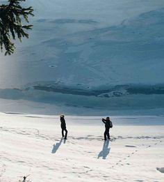 Văliug – locul de basm de la poalele munților Semenic. La numai 30 de kilometri de Reşiţa, înconjurat de munţi şi păduri de conifere, se află Lacul Văliug pe malurile căruia s-a dezvoltat staţiunea cu acelaşi