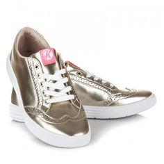 Dámské tenisky Kylie Tramal zlaté – zlatá Tenisky patří k nejprodávanějším modelům dámské obuvi. Výborně se dají sladit s mnoha ležérními outfity. Tenisky samozřejmě disponují šněrovačkou, kterou si můžete utáhnout dle vlastní potřeby. Zlaté tenisky …